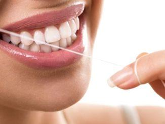 femme qui se passe du fil dentaire